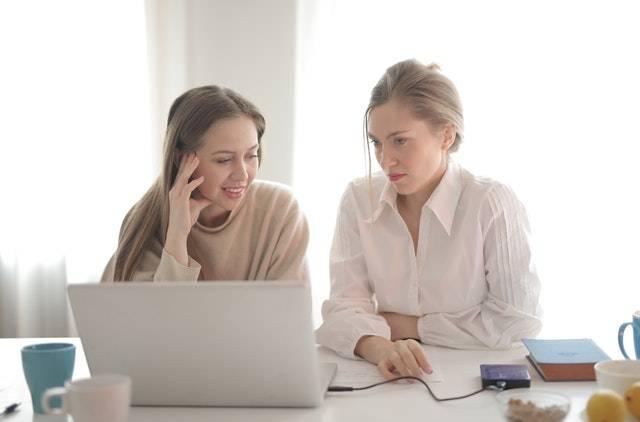 dve poslovne žene na konsultacijama